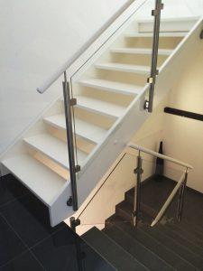 Weiß lackierte Treppe Weiß lackierte Treppe mit Podest und seitlich aufgesetztem Glasgeländer