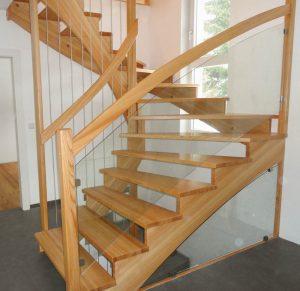 Aufgesattelte Treppe mit Glasgeländer