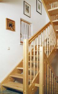 Gerade Fichtentreppe mit Zwischenpodest und gedrechselten Geländerstäben
