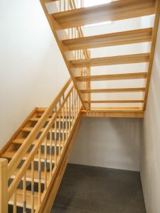 Treppe mit Podest aus Eschenholz