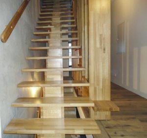 Mittelholmtreppe aus Eichenholz mit Absturzsicherung als Stollenwandausführung