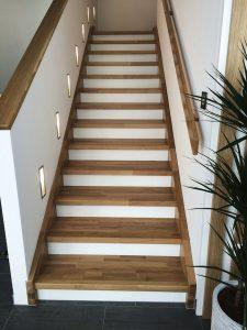 Gerade Treppe aus Eichenholz mit weiß lackierten Setzstufen
