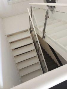 Weiss Lackierte Treppe mit Podest und seitlich aufgesetztem Glasgeländer