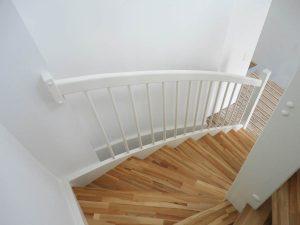 Treppe mit Trittstufen aus Buchenholz und weiß lackiertem Geländer