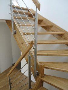 Treppe aus Eichenholz mit Edelstahlgurten und Holzhandlauf