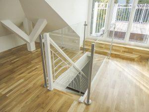 Treppe mit Eichentrittstufen und Nurglasgeländer