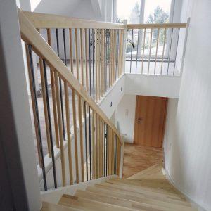 Ahorntreppe mit Blockstufe und weißen Wangen