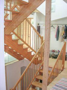 Treppe aus Lärchenholz mit Rundsprossen