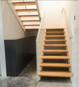 Aufgesattelte Podesttreppe aus Rüste mit innenseitigen MDF-Geländer in weiß