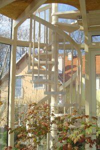 Spindeltreppe aus geöltem Eschenholz