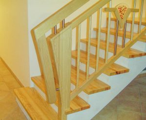 Trittstufen und Podeste aus Eschenholz und Holzgeländer mit Edelstahlstäben und Glaselementen