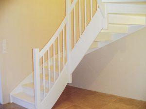 Weiß lackierte Treppe mit Trittstufen, Setzstufen und Geländer mit gedrechselten Geländerstäben